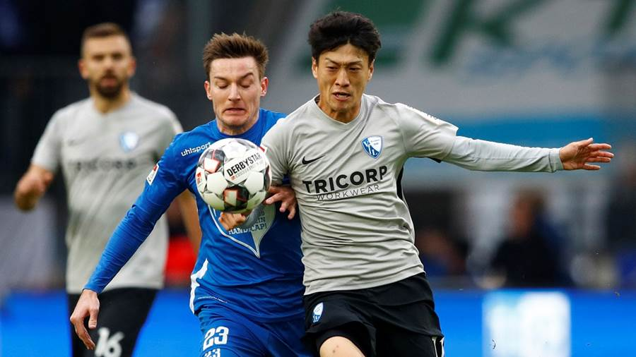 Magdeburgs Charles Elie Laprevotte im Zweikampf mit Bochums Chung-yong Lee.