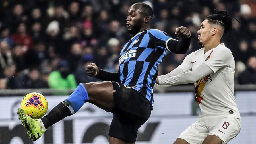 Romelu Lukaku (l.) von Inter Mailand kämpft mit Chris Smalling von AS Rom um den Ball.