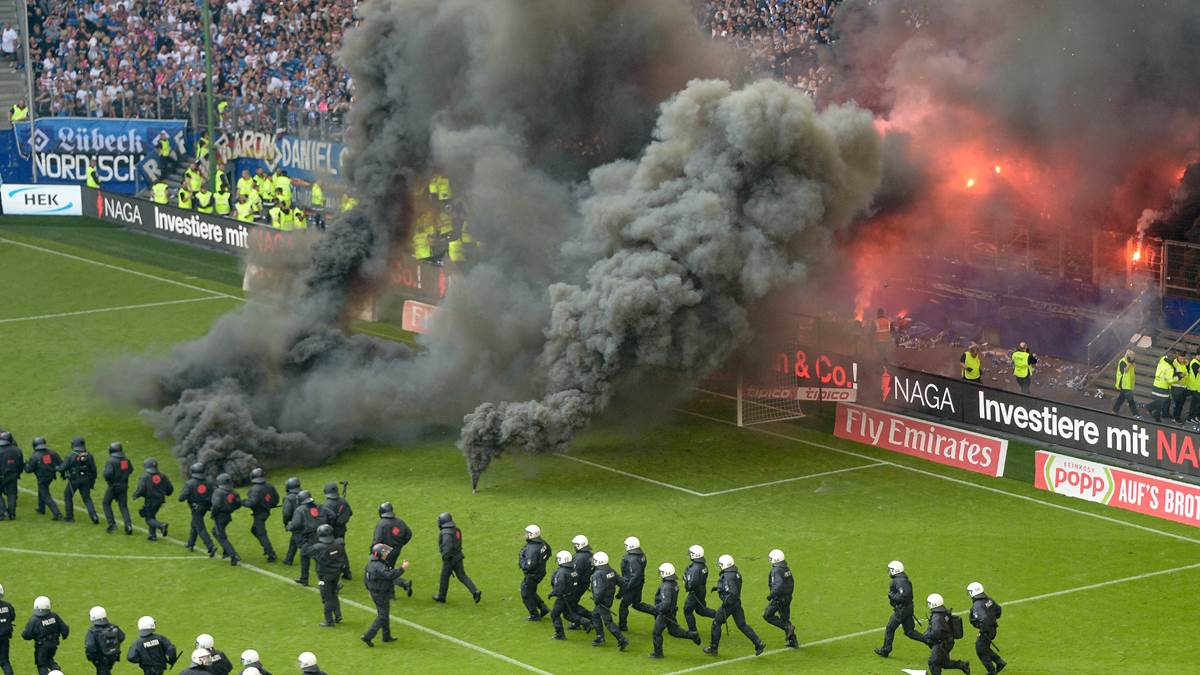 pyro chaos beim hamburger sv fans randalieren bei. Black Bedroom Furniture Sets. Home Design Ideas