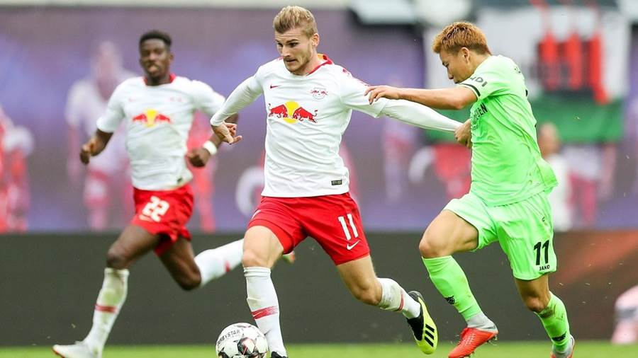 Leipzigs Timo Werner (Mitte) im Duell mit Hannovers Takuma Asano (rechts).