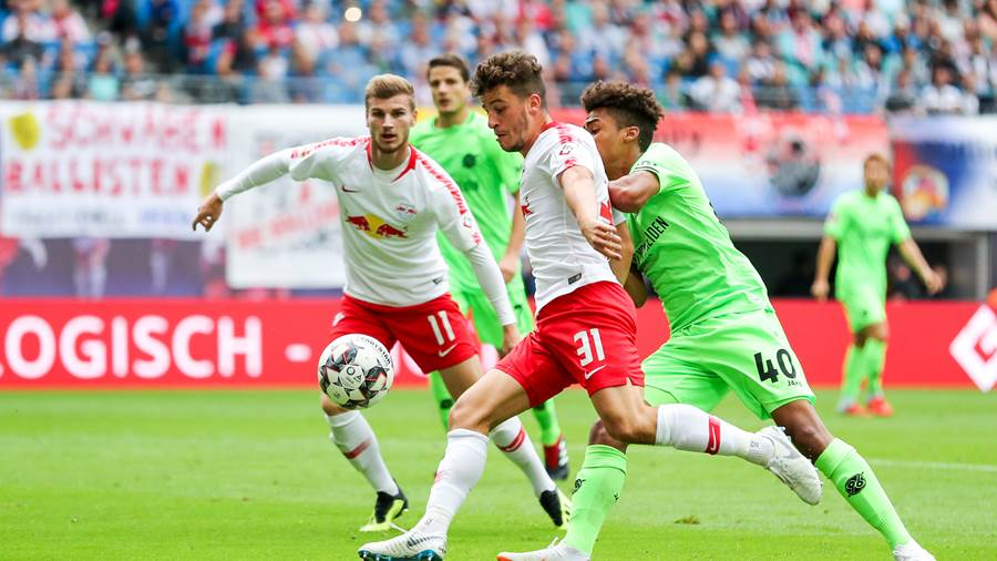 Leipzigs Diego Demme (Mitte) im Duell mit Hannovers Linton Maina (rechts), dahinter Timo Werner (links).