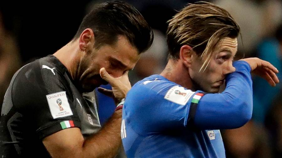 Traurige Gestalten: Italiens Torwart-Legende Gianluigi Buffon (links) und Manolo Gabbiadini verlassen nach dem blamablen Aus in der WM-Quali gegen Schweden enttäuscht den Platz.