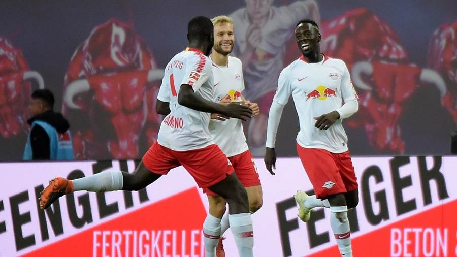 2:0 Torschuetze Jean-Kevin Augustin (RB 29) jubelt mit Dayot Upamecano (RB 5)