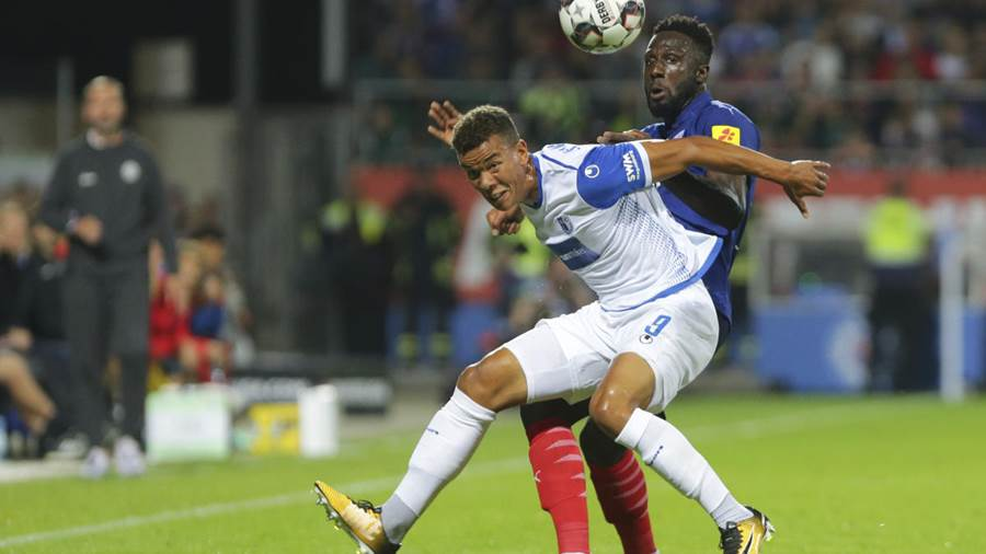 Kiels Kingsley Schindler im Duell mit Magdeburgs Marcel Costly.