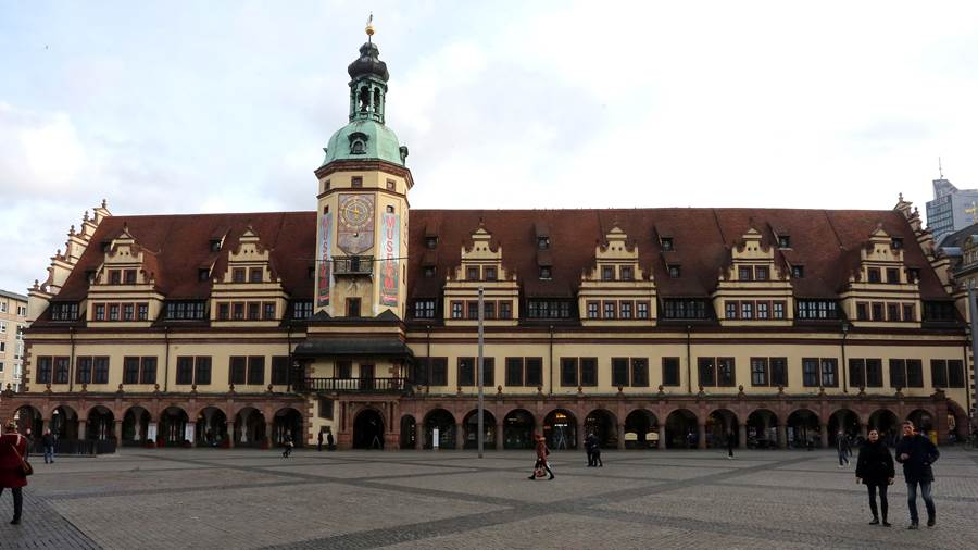We'll start the tour at the <b>Old Town Hall</b>, in the middle of the market square. It was built in 1556/57 and is one of the most beautiful Renaissance buildings in Germany. Incidentally, the view from the marketplace is known to students from mathematics lessons, the keyword being the golden ratio.