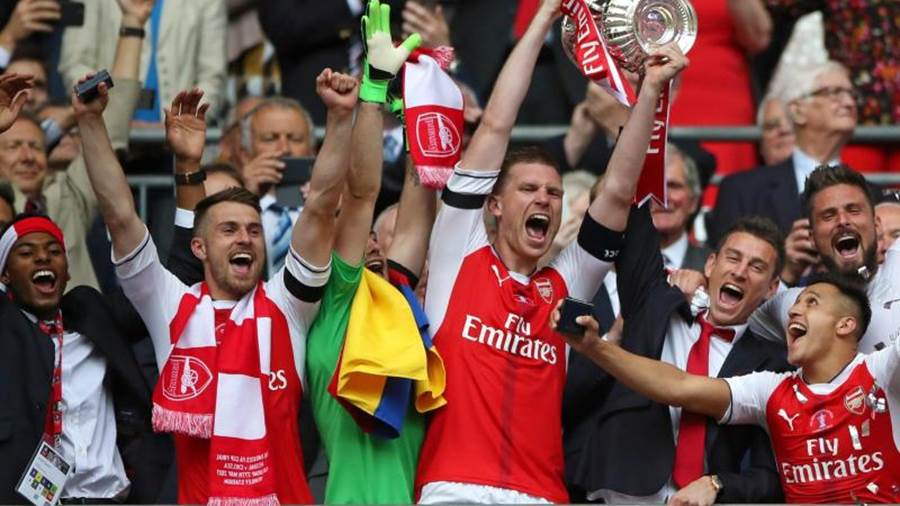 Arsenals Per Mertesacker stemmt die FA-Cup-Trophäe in die Höhe. Foto: Nick Potts