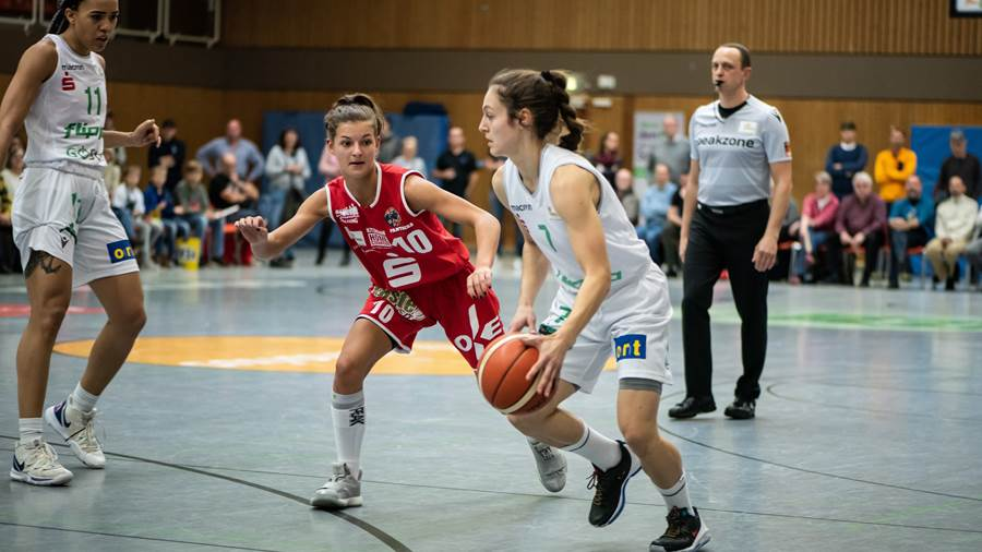 Basketball Damen Bundesliga DBBL, Saison 2019 / 2020, flippo Baskets BG 74 Göttingen - GiroLive-Panthers Osnabrück, 27.10.2019, Göttingen. Göttingens Jennifer Crowder am Ball. Foto: Swen Pförtner
