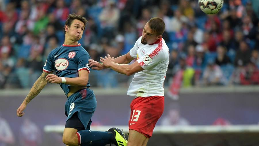 Benito Raman (Fortuna #9) gegen Stefan Ilsanker (RB #13) beim Spiel RasenBallsport Leipzig (RB) vs Fortuna Düsseldorf / Duesseldorf, Fussball, 1.Liga, 02.09.2018