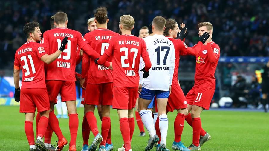 BERLIN,GERMANY,09.NOV.19 - SOCCER - 1. DFL, 1. Deutsche Bundesliga, Hertha BSC Berlin vs RasenBallsport Leipzig. Image shows the rejoicing of Marcel Sabitzer and Timo Werner with team mates (RB Leipzig).  Photo: GEPA pictures/ Roger Petzsche - DFL regulations prohibit any use of photographs as image sequences and/or quasi-video - For editorial use only. Image is free of charge.