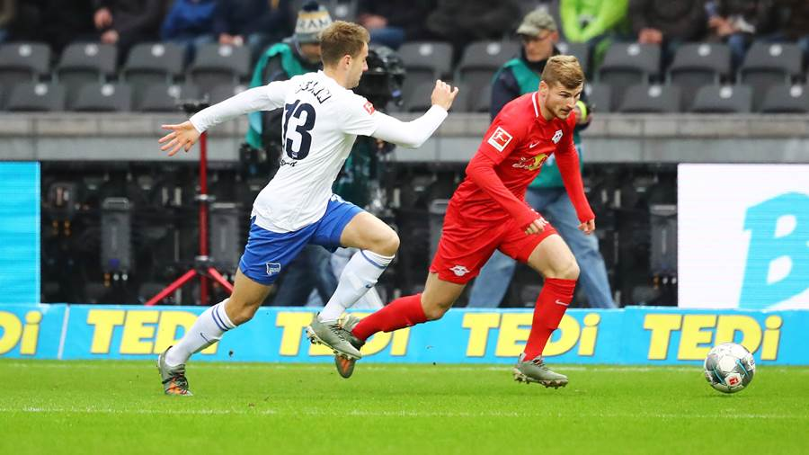 BERLIN,GERMANY,09.NOV.19 - SOCCER - 1. DFL, 1. Deutsche Bundesliga, Hertha BSC Berlin vs RasenBallsport Leipzig. Image shows Lukas Kluenter (Berlin) and Timo Werner (RB Leipzig).  Photo: GEPA pictures/ Roger Petzsche - DFL regulations prohibit any use of photographs as image sequences and/or quasi-video - For editorial use only. Image is free of charge.