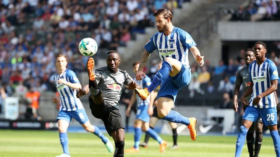 BERLIN,GERMANY,12.MAY.18 - SOCCER - 1. DFL, 1. Deutsche Bundesliga, Hertha BSC Berlin vs RasenBallsport Leipzig. Image shows Naby Keita (RB Leipzig) and Marvin Plattenhardt (Hertha). Photo: GEPA pictures/ Roger Petzsche - For editorial use only. Image is free of charge.
