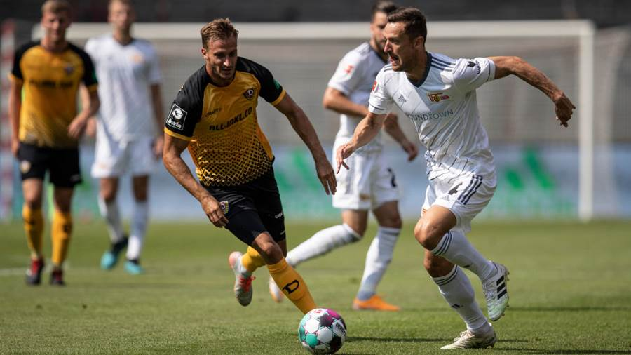 BERLIN, GERMANY - AUGUST 15: Christian Gentner of 1.FC Union Berlin and Pascal Sohm of Dynamo Dresden battle for possession  during the pre-season friendly match between 1. FC Union Berlin and Dynamo Dresden on August 15, 2020 in Berlin, Germany. (Photo by Maja Hitij/Getty Images)