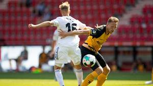 BERLIN, GERMANY - AUGUST 15: Fabio Schneider of 1. FC Union Berlin and Marco Hartmann of Dynamo Dresden battle for possession during the pre-season friendly match between 1. FC Union Berlin and Dynamo Dresden on August 15, 2020 in Berlin, Germany. (Photo by Maja Hitij/Getty Images)
