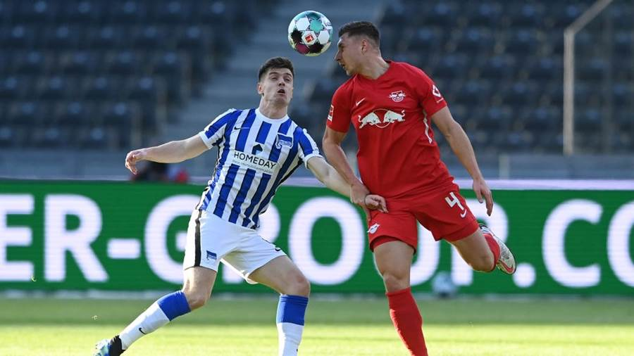 BERLIN, GERMANY - FEBRUARY 21: Krzysztof Piatek of Hertha BSC battles for possession with Willi Orban of RB Leipzig during the Bundesliga match between Hertha BSC and RB Leipzig at Olympiastadion on February 21, 2021 in Berlin, Germany. Sporting stadiums around Germany remain under strict restrictions due to the Coronavirus Pandemic as Government social distancing laws prohibit fans inside venues resulting in games being played behind closed doors. (Photo by Pool/Filip Singer - Pool/Getty Images)