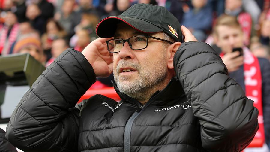 BERLIN, GERMANY - MARCH 01:  Head coach Urs Fischer of Berlin looks on prior to the Bundesliga match between 1. FC Union Berlin and VfL Wolfsburg at Stadion An der Alten Foersterei on March 1, 2020 in Berlin, Germany. (Photo by Matthias Kern/Bongarts/Getty Images)