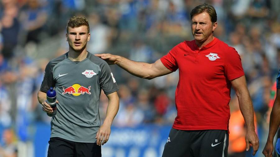 BERLIN, GERMANY - MAY 12: Head coach Ralph Hasenhuettl (R) of Leipzig gives advice to Timo Werner of Leipzig during the Bundesliga match between Hertha BSC and RB Leipzig at Olympiastadion on May 12, 2018 in Berlin, Germany. (Photo by Thomas Starke/Bongarts/Getty Images)