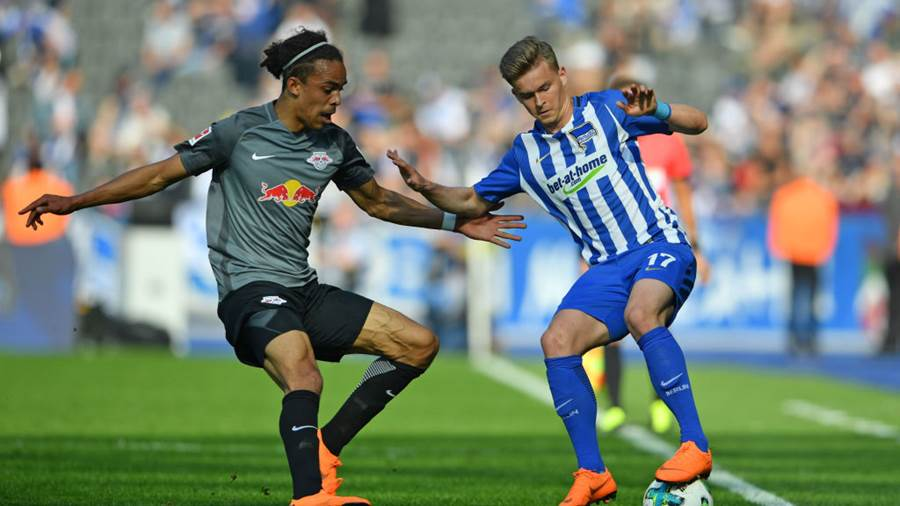 BERLIN, GERMANY - MAY 12: Yussuf Poulsen (L) of Leipzig and Maximilian Mittelstaedt of Berlin fight for the ball during the Bundesliga match between Hertha BSC and RB Leipzig at Olympiastadion on May 12, 2018 in Berlin, Germany. (Photo by Thomas Starke/Bongarts/Getty Images)