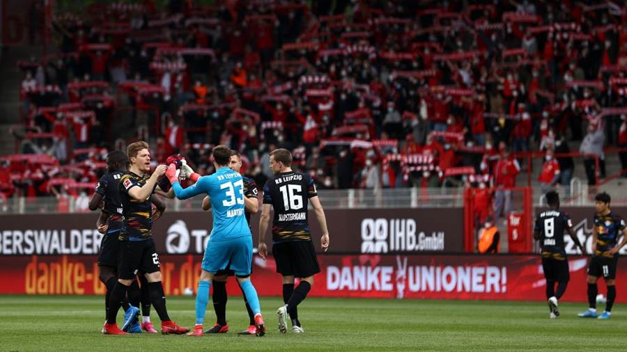 BERLIN, GERMANY - MAY 22: RB Leipzig players interact prior to the Bundesliga match between 1. FC Union Berlin and RB Leipzig at Stadion An der Alten Foersterei on May 22, 2021 in Berlin, Germany. After easing the Corona restrictions, Union Berlin plays in front of 2,000 spectators in its last home match of the season. Sporting stadiums around Germany remain under strict restrictions due to the Coronavirus Pandemic as Government social distancing laws prohibit fans inside venues resulting in games being played behind closed doors. (Photo by Maja Hitij/Getty Images)