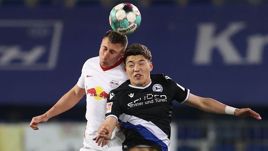 BIELEFELD, GERMANY - MARCH 19: Willi Orban (L) of Leipzig battles for the ball with Ritsu Doan of Bielefeld during the Bundesliga match between DSC Arminia Bielefeld and RB Leipzig at Schueco Arena on March 19, 2021 in Bielefeld, Germany. (Photo by Lars Baron/Getty Images)