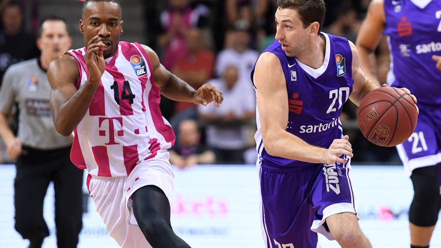 Bonn, Telekom Dome, 20.04.18: Göttingens Michael Stockton (rechts) im Zweikampf mit Bonns Josh Mayo im Spiel der easyCredit Basketball Bundesliga zwischen Telekom Baskets Bonn vs. BG Göttingen in der Saison 2017/2018.