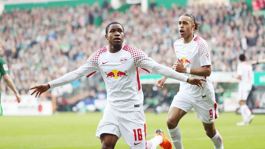BREMEN,GERMANY,15.APR.18 - SOCCER - 1. DFL, 1. Deutsche Bundesliga, SV Werder Bremen vs RasenBallsport Leipzig. Image shows the rejoicing of Ademola Lookman and Yussuf Poulsen (RB Leipzig). Photo: GEPA pictures/ Sven Sonntag - For editorial use only. Image is free of charge.