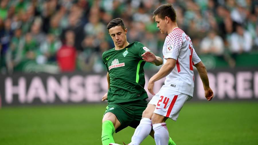 BREMEN, GERMANY - APRIL 15: Maximilian Eggestein (L) of Bremen and Dominik Kaiser of Leipzig battle for the ball during the Bundesliga match between SV Werder Bremen and RB Leipzig at Weserstadion on April 15, 2018 in Bremen, Germany.  (Photo by Stuart Franklin/Bongarts/Getty Images)