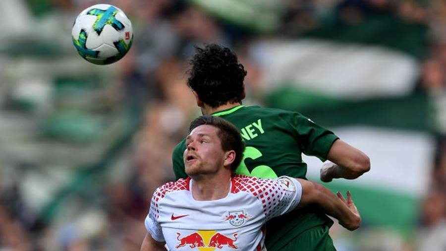 BREMEN, GERMANY - APRIL 15:  Thomas Delaney (back) of Bremen and Dominik Kaiser of Leipzig jump to head for the ball during the Bundesliga match between SV Werder Bremen and RB Leipzig at Weserstadion on April 15, 2018 in Bremen, Germany.  (Photo by Stuart Franklin/Bongarts/Getty Images)