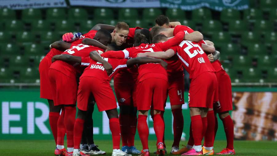 BREMEN, GERMANY - APRIL 30: Players of RB Leipzig huddle on the pitch prior to the DFB Cup semi final match between Werder Bremen and RB Leipzig at Weserstadion on April 30, 2021 in Bremen, Germany. Sporting stadiums around Germany remain under strict restrictions due to the Coronavirus Pandemic as Government social distancing laws prohibit fans inside venues resulting in games being played behind closed doors. (Photo by Focke Strangmann - Pool/Getty Images)