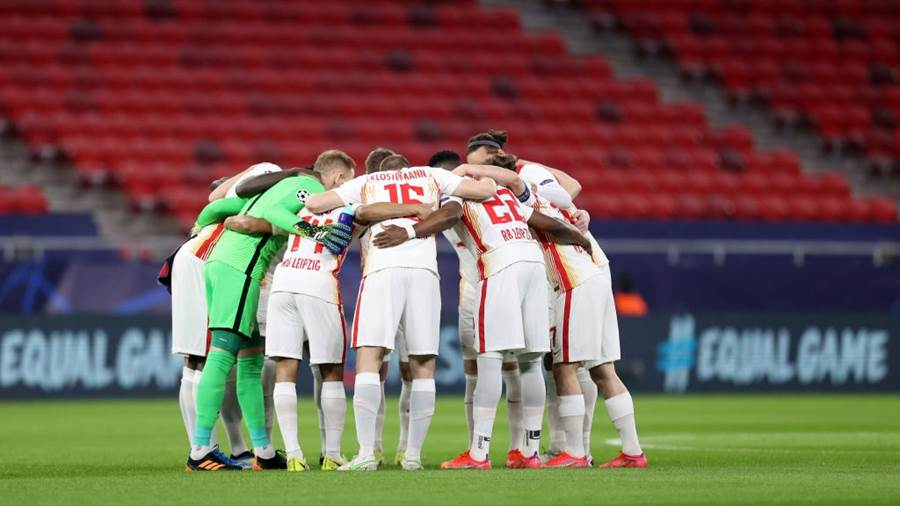 BUDAPEST, HUNGARY - MARCH 10: Players of RB Leipzig huddle on the pitch prior to the UEFA Champions League Round of 16 match between Liverpool FC and RB Leipzig at  the Puskas Arena on March 10, 2021 in Budapest, Hungary. Sporting stadiums around Germany remain under strict restrictions due to the Coronavirus Pandemic as Government social distancing laws prohibit fans inside venues resulting in games being played behind closed doors. (Photo by David Balogh/Getty Images)