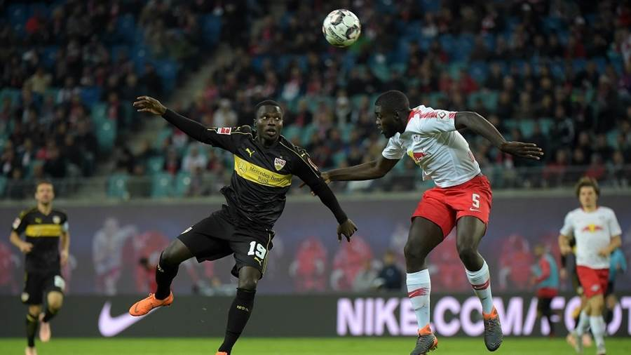 Chadrac Akolo (VfB 19) gegen Dayot Upamecano (RB 5) beim Spiel RasenBallsport Leipzig (RB) vs VfB Stuttgart, Fussball, 1.Liga, 26.09.2018