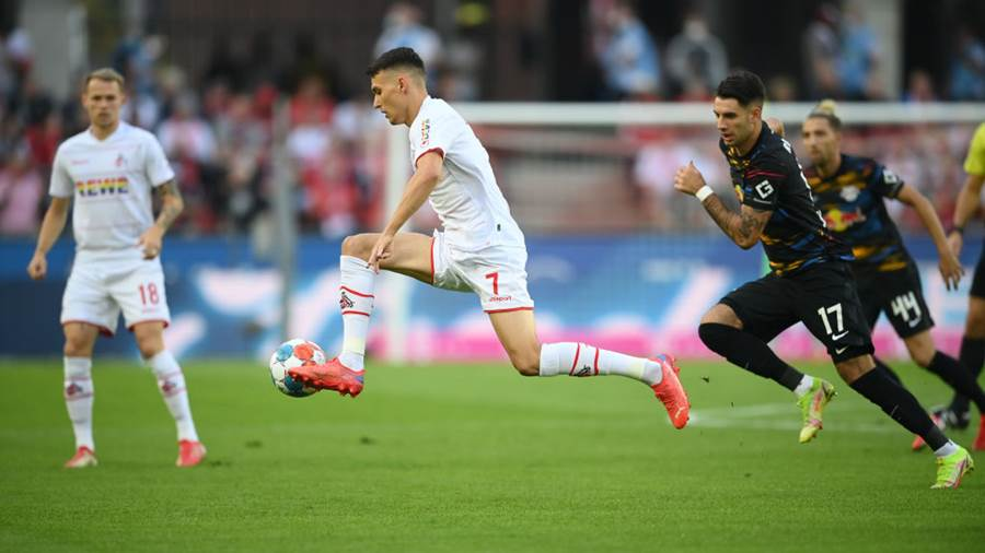 COLOGNE, GERMANY - SEPTEMBER 18: Dejan Czichos (C) of 1. FC Köln controls the ball next to Dominik Szoboszlai (R) of RB Leipzig during the Bundesliga match between 1. FC Köln and RB Leipzig at RheinEnergieStadion on September 18, 2021 in Cologne, Germany. (Photo by Matthias Hangst/Getty Images)