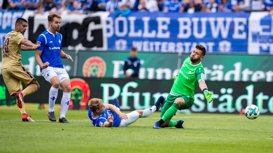 DARMSTADT, GERMANY - MAY 13: Dimitrij Nazarov of Aue tries to score against goalkeeper Daniel Heuer Fernandes of Darmstadt during the Second Bundesliga match between SV Darmstadt 98 and FC Erzgebirge Aue at Jonathan-Heimes-Stadion am Boellenfalltor on May 13, 2018 in Darmstadt, Germany. (Photo by Simon Hofmann/Bongarts/Getty Images)