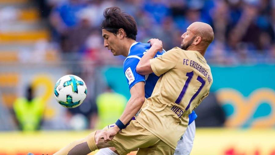 DARMSTADT, GERMANY - MAY 13: Dong-Won Ji of Darmstadt is challenged by Philipp Riese of Aue during the Second Bundesliga match between SV Darmstadt 98 and FC Erzgebirge Aue at Jonathan-Heimes-Stadion am Boellenfalltor on May 13, 2018 in Darmstadt, Germany. (Photo by Simon Hofmann/Bongarts/Getty Images)