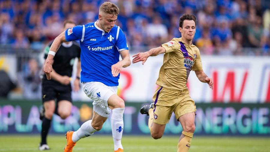 DARMSTADT, GERMANY - MAY 13: Felix Platte of Darmstadt is challenged by Clemens Fandrich of Aue during the Second Bundesliga match between SV Darmstadt 98 and FC Erzgebirge Aue at Jonathan-Heimes-Stadion am Boellenfalltor on May 13, 2018 in Darmstadt, Germany. (Photo by Simon Hofmann/Bongarts/Getty Images)