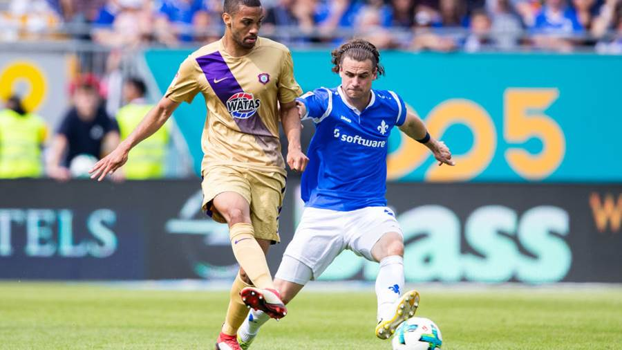 DARMSTADT, GERMANY - MAY 13: Malcolm Cacutalua of Aue is challenged by Yannick Stark of Darmstadt during the Second Bundesliga match between SV Darmstadt 98 and FC Erzgebirge Aue at Jonathan-Heimes-Stadion am Boellenfalltor on May 13, 2018 in Darmstadt, Germany. (Photo by Simon Hofmann/Bongarts/Getty Images)