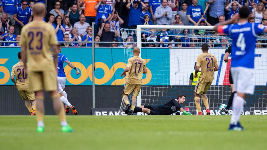 DARMSTADT, GERMANY - MAY 13: Tobias Kempe of Darmstadt (L) scores his team's first goal past goalkeeper Martin Maennel of Aue during the Second Bundesliga match between SV Darmstadt 98 and FC Erzgebirge Aue at Jonathan-Heimes-Stadion am Boellenfalltor on May 13, 2018 in Darmstadt, Germany. (Photo by Simon Hofmann/Bongarts/Getty Images)