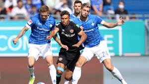 DARMSTADT, GERMANY - SEPTEMBER 19: Ransford-Yeboah Koenigsdoerffer (C) of Dresden is challenged by Tobias Kempe (L) and Lasse Sobiech of Darmstadt during the Second Bundesliga match between SV Darmstadt 98 and SG Dynamo Dresden at Merck-Stadion am Boellenfalltor on September 19, 2021 in Darmstadt, Germany. (Photo by Alex Grimm/Getty Images)