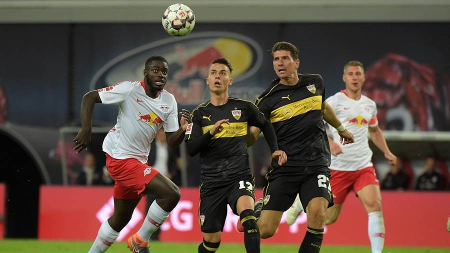 Dayot Upamecano (RB 5), Erik Thommy (VfB 17), Mario Gomez (VfB 27) beim Spiel RasenBallsport Leipzig (RB) vs VfB Stuttgart, Fussball, 1.Liga, 26.09.2018