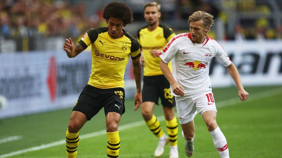 Dortmunds Axel Witsel im Duell mit RB Leipzigs Emil Forsberg