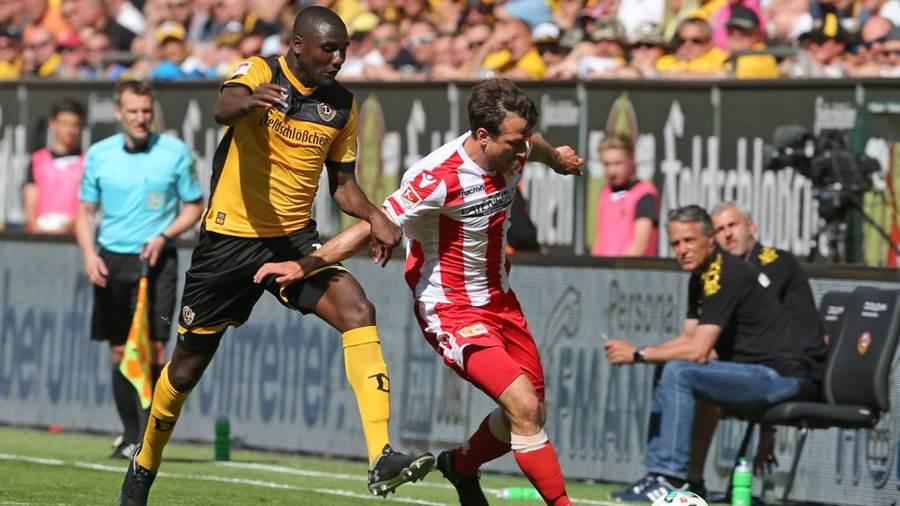 DRESDEN, GERMANY - MAY 13:  Peniel Mlapa (L) of Dresden battles for the ball with Peter Kurzweg of Berlin during the Second Bundesliga match between SG Dynamo Dresden and 1.FC Union Berlin at DDV-Stadion on May 13, 2018 in Dresden, Germany.  (Photo by Matthias Kern/Bongarts/Getty Images)