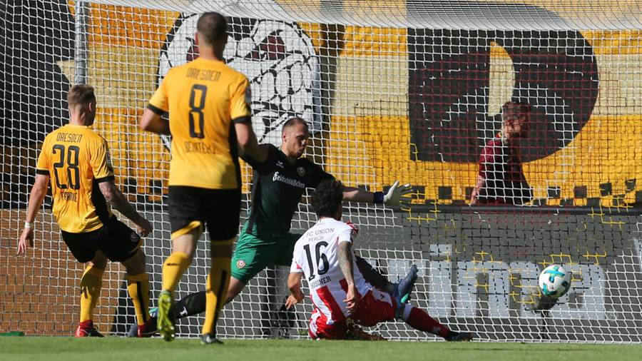 DRESDEN, GERMANY - MAY 13:  Philipp Hosiner (R) of Berlin scores the first goal during the Second Bundesliga match between SG Dynamo Dresden and 1.FC Union Berlin at DDV-Stadion on May 13, 2018 in Dresden, Germany. (Photo by Matthias Kern/Bongarts/Getty Images)