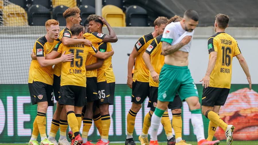 DRESDEN, GERMANY - SEPTEMBER 26: Players of Dresden celebrate their opening goal during the Second Bundesliga match between SG Dynamo Dresden and SV Werder Bremen at Rudolf-Harbig-Stadion on September 26, 2021 in Dresden, Germany. (Photo by Alexander Hassenstein/Getty Images)