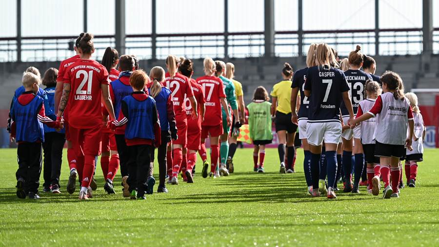 Einlauf beider Mannschaften, Fussball, Flyeralarm Frauen-Bundesliga, FC Bayern München - 1. FFC Turbine Potsdam, München, 20.10.2019, Foto: Jan Kuppert, DFB REGULATIONS PROHIBIT ANY USE OF PHOTOGRAPHS AS IMAGE SEQUENCES AND/OR QUASI-VIDEO.