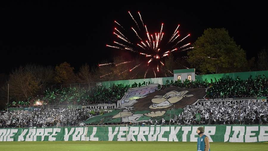 Feuerwerk hinter dem Norddamm beim Spiel BSG Chemie Leipzig vs SC Paderborn 07, Fussball, DFB-Pokal, 30.10.2018