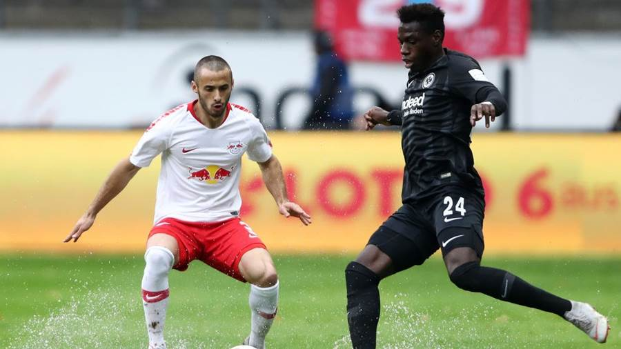 FRANKFURT AM MAIN, GERMANY - SEPTEMBER 23:  Marcelo Saracchi of RB Leipzig (L) challenges for the ball with Danny Da Costa of Eintracht Frankfurt during the Bundesliga match between Eintracht Frankfurt and RB Leipzig at Commerzbank-Arena on September 23, 2018 in Frankfurt am Main, Germany.  (Photo by Alex Grimm/Bongarts/Getty Images)