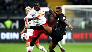 FRANKFURT AM MAIN, GERMANY - SEPTEMBER 23:  Sébastien Haller of Eintracht Frankfurt (R) challenges for the ball with Dayot Upamecano of RB Leipzig during the Bundesliga match between Eintracht Frankfurt and RB Leipzig at Commerzbank-Arena on September 23, 2018 in Frankfurt am Main, Germany.  (Photo by Alex Grimm/Bongarts/Getty Images)