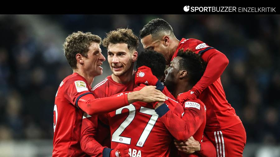 Die Spieler des FC Bayern bejubeln den Doppel-Torschützen Leon Goretzka (2.v.l.).