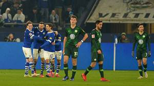 Gelsenkirchen, Germany 20.01.2019, 1. Bundesliga, 18. Spieltag, FC Schalke 04 - VfL Wolfsburg, Robin Knoche (VFL) enttaeuscht, Spieler Schalke jubeln ( DeFodi521 *** Gelsenkirchen Germany 20 01 2019 1 Bundesliga 18 Matchday FC Schalke 04 VfL Wolfsburg Robin Knoche VFL disappointed players Schalke cheer DeFodi521
