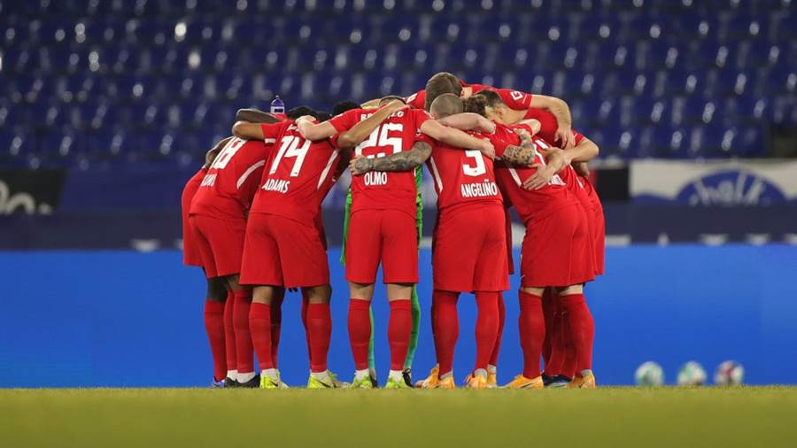 GELSENKIRCHEN, GERMANY - FEBRUARY 06: RB Leipzig players huddle prior to during the Bundesliga match between FC Schalke 04 and RB Leipzig at Veltins-Arena on February 06, 2021 in Gelsenkirchen, Germany. Sporting stadiums around Germany remain under strict restrictions due to the Coronavirus Pandemic as Government social distancing laws prohibit fans inside venues resulting in games being played behind closed doors. (Photo by Friedemann Vogel - Pool/Getty Images)