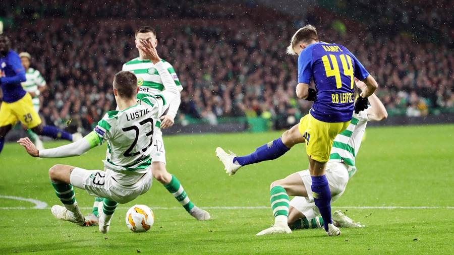 GLASGOW,SCOTLAND,08.NOV.18 - SOCCER - UEFA Europa League, group stage, Celtic FC Glasgow vs RasenBallsport Leipzig. Image shows Mikael Lustig (Celtic) and Kevin Kampl (RB Leipzig). Photo: GEPA pictures/ Sven Sonntag - For editorial use only. Image is free of charge.